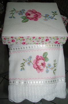 Game Box and towel embroidered in cross stitch. Cross Stitching, Cross Stitch Embroidery, Hand Embroidery, Machine Embroidery, Cross Stitch Designs, Cross Stitch Patterns, Cross Stitch Rose, Cross Stitch Flowers, Embroidery Stitches