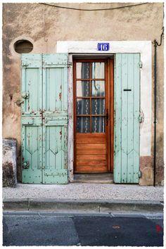 De la matière! Dans la rue centrale du très beau village de Bonnieux, en Provence.
