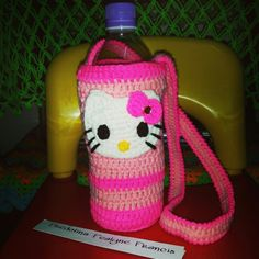 Hello kitty bottle holder Crochet hello kitty Crochet Food, Crochet Bebe, Crochet Kitchen, Crochet Gifts, Free Crochet, Crochet Wedding Favours, Kids Bottle, Water Bottle Covers, Teddy Toys