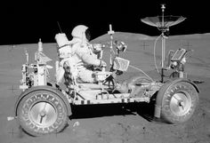 American engineer, test pilot and NASA astronaut David Scott was the first to drive a wheeled vehicle on the moon with the the Apollo 15 mission. Mission Apollo 11, Apollo 16, Moon Missions, Apollo Missions, Sistema Solar, Moon Landing Conspiracy, Apollo Space Program, Cosmos, Moon Surface