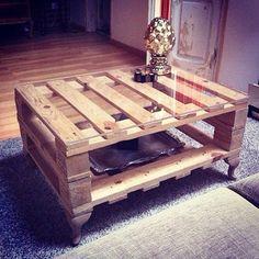 Mesa de centro. Estructura de palés con patas de estilo Isabelino.