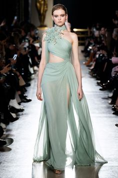 Elie Saab Spring / Summer 2019 Haute Couture - Fashion Shows .-Elie Saab Frühjahr/Sommer 2019 Haute Couture – Fashion Shows Elie Saab Couture, Couture Mode, Haute Couture Paris, Spring Couture, Haute Couture Fashion, Couture Week, Juicy Couture, Fashion Design Inspiration, Mode Inspiration