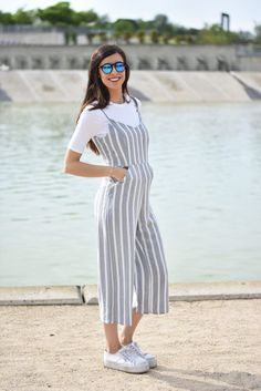 Claudia Peris is wearing jumpsuit and bodysuit from Bershka, Victoria platform shoes, Michael Kors crossbody grey bag and Wolfnour blue sunglasses (midilema.com)