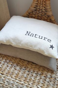 Découvrez Un style scandinave et naturel pour ce coussin en lin avec motif étoile et écriture sur alittleMarket