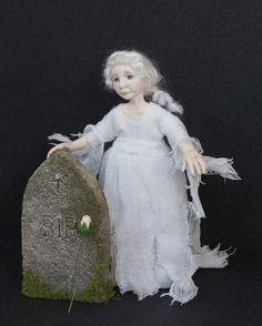Ich möchte Ihnen Adaline, das kleine Gespenst Mädchen vorstellen. Sie finden Sie erwarten von ihrem Grabstein jeden Abend um Mitternacht, in der Hoffnung ihre Mutter für ihr kommen. Jemand wurde bis zur Bahre und links eine einzelne weiße Rose, aber Adaline schlief also nicht sehen, die ihre Besucher war.  Adaline wurde in Fimo geformt. Sie ist an den Armen und Beinen, verdrahtet kann also sehr vorsichtig gestellt werden. Ihre Kleider sind von hand genäht worden und sie hat mit Genesis Heat…