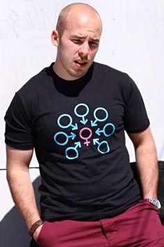 T-shirt Bukkake Party Dit rechte model T-shirt voor mannen is gemaakt van voorgekrompen ringgesponnen katoen en bedrukt met een grafische voorstelling van een Bukkake Party. De hoge kwaliteit en goede verwerking zijn zichtbaar in de dubbele naden aan de mouwen en de zoom en de tweevoudig gelegde kraag in 1X1 ripp.