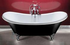 klassieke badkamer met vrijstaand gietijzeren bad op pootjes