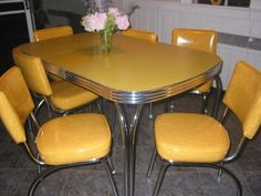 10 astonishing Yellow Retro Kitchen Table and Chairs Photos - Kitchen Design Retro Table And Chairs, Retro Kitchen Tables, Retro Dining Rooms, Diner Table, 50s Kitchen, Kitchen Sets, Dining Room Chairs, Dining Furniture, Vintage Kitchen