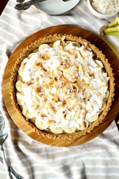 This Vegan Coconut Banoffee Pie is super simple to make and delicious, stuffed with coconut toffee sauce, bananas, coconut whip and toasted coconut. Coconut Whipped Cream, Toasted Coconut, Vegan Dessert Recipes, Vegan Recipes Easy, Baking School, Toffee Sauce, Banoffee Pie, Just Bake, Best Food Ever