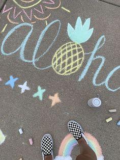 Sidewalk Art Vsco Street Art, We are sharing an Easy Sidewalk Chalk Art project that everyone can do. This Mosaic Sidewalk Chalk, Easy Chalk Drawings, Vsco, Graffiti, Chalk Design, Sidewalk Chalk Art, Arte Disney, Illusion Art, Chalkboard Art, Art For Kids