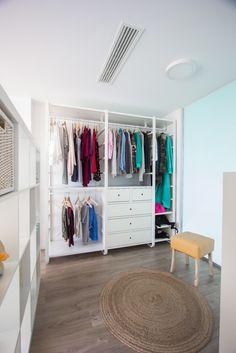 Vestidor juvenil minimalista en blanco en vivienda mediterránea |  Chiralt Arquitectos  | Valencia