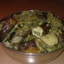 Here's for you the traditional #Gujarati recipe of Uundhyu. It is a type of vegetable curry made with winter veggies like brinjals, surti papdi, bananas, methi etc.