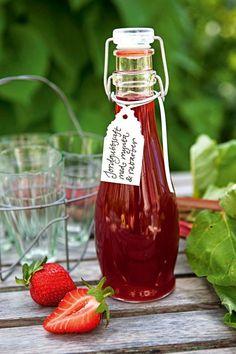 En svalkande och fräsch saft som passar till maten såväl som till drinken. Foto: Malou Holm #saft #drink #läskande #jordgubbar #rabarber #lemonade