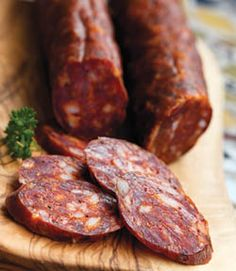 Bravčové mäso, mletá sladká paprika, čierne korenie, cesnak, soľ a črevá. Homemade Sausage Recipes, Meat Recipes, Cooking Recipes, Chorizo, Slovak Recipes, Czech Recipes, Home Made Sausage, Sausage Making, Charcuterie Recipes