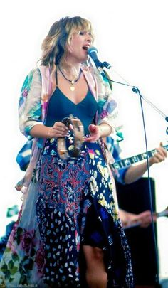 "Stevie ~ ღ☆❤☆ღ ~ jamming away, looking gorgeous in a floral top and skirt, photographed during ""Cal Jam at the Ontario Speedway on March 1978 Members Of Fleetwood Mac, Buckingham Nicks, Lindsey Buckingham, Hippie Man, Hippie Gypsy, Hippie Vibes, Stephanie Lynn, Stevie Nicks Fleetwood Mac, Look Vintage"