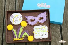 Packaging de 20X15  cm, galletas de vainilla  decoradas con glasa artesanas, un gorro de arlequin con los colores de carnaval, morado, verde, amarillo y unos sprinkles en color plateado. Un antifaz de 10,5 cm decorado con purpurina comestible. Y dos decoraciones carnavales de 6,5 cm aprox.  http://www.galletea.com/galletas-decoradas/galletas-carnaval/init/d/368/#sthash.uiQ9lVra.dpuf