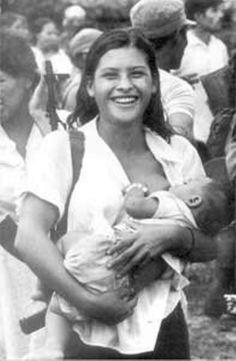 "Orlando Valenzuela's ""Miliciana de Waswalito"" / ""Armed mother and Child"", Matagalpa, Nicaragua. Nicaraguan Revolution, Mexican Revolution, Breastfeeding Photos, Breastfeeding Classes, Half The Sky, Women In History, Mother And Child, Revolutionaries, Historical Photos"