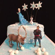Ein Traum jedes kleinen Mädchen ist diese Eiskönigin Elsa Torte. Da staunen die kleinen Prinzessinnen beim Anblick dieser Torte.