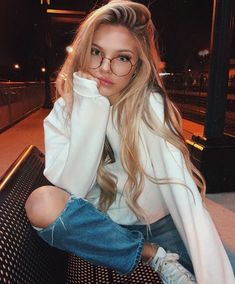 Image shared by kofeiin. Find images and videos about girl, style and hair on We Heart It - the app to get lost in what you love. Cute Glasses, Girls With Glasses, Glasses Style, Photography Poses Women, Tumblr Photography, Fashion Photography, Pinterest Photography, Beauté Blonde, Shotting Photo