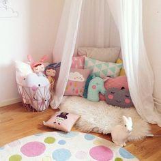 kinderzimmer kissen lustiges design teppich korb gardinen