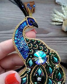 🌹здравствуйте🌹 . То самое чувство,когда после жар птиц не сделать павлина было бы преступление🙏 . Вселенная услышала мои молитвы и Павлин… Bead Embroidery Jewelry, Fabric Jewelry, Beaded Embroidery, Bead Jewellery, Seed Bead Jewelry, Beaded Jewelry, Brooches Handmade, Handmade Jewelry, Seed Bead Crafts