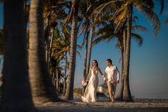 """"""" Az itthoni tipikus családi és baráti jelenléttel fűszerezett esküvőkön mindig van valami gubanc.. egy évre előre helyszín foglalás, ezernyi ruha próba, torta/ ák kiválasztása, menü, koszorúslànyok…"""" Eszti + Bálint – Tengerparti Esküvő, Miami esküvő, külföldi esküvői csomagok, tengerparti esküvői ruha, esküvő külföldön Orlando, Las Vegas, Miami, Wedding Dresses, Bridal Dresses, Alon Livne Wedding Dresses, Last Vegas, Weeding Dresses, Bridal Gown"""