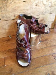 1951316d56fcf3 Botte - soulier femme - pompes vintage - couleur brun marron -avec boucle a  l'avant - grandeur 8 - petit talon. Bottes Vintage ...