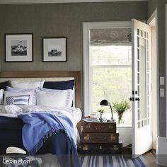 In einem Schlafzimmer im maritimen Look kann man die Seeluft fast schon riechen! Viele Elemente und Deko in Weiß und Blau dominieren in diesem Zimmer.  …