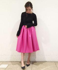 まだまだ寒さは続きますが… 店内は春服も沢山入荷しております。 こちらのピンクのスカートはウエストがゴムなので サイズに悩まずに履いて頂けます! 普段36サイズだと大きい私でも、 こちらはジャストで履くことが出来ました。 ちなみにこちらの写真は38を着用。 ウエストを気にせず、お好みの丈感でサイズを決めて頂く事も可能です!