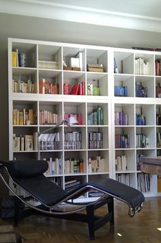 Biblioteca en madera pintada de blanco
