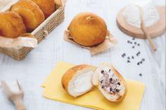 Le iris sono delle dolcezze fritte tipiche della pasticceria siciliana, farcite con ricotta e una versione anche con gocce di cioccolato!