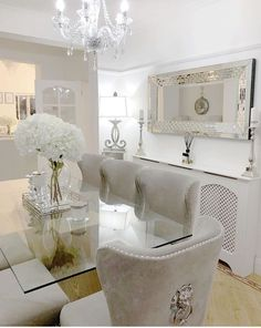 We love this glamorous dining room! #FormalDiningRooms