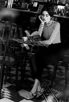 """Chica leyendo.  """"Las mujeres son secretistas por naturaleza, y les gusta practicar el secreto por su cuenta.""""  Arthur Conan Doyle"""