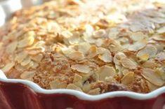 Tøm din egen eller naboens have for rabarber og tryl en nem og lækker rabarberkage med marcipan og kokosmel. Forrygende kage, sprød og lækker. Nydes med flødeskum