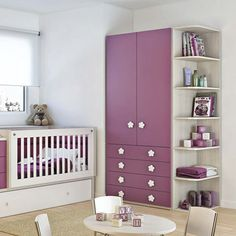 Ropero laqueado con dos puertas ciegas y cuatro cajones para el cuarto del bebé. Ordená sus cosas con los mejores amoblamientos infantiles en Baby Company.