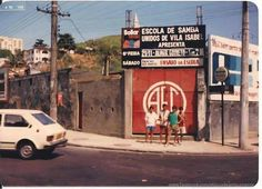 https://flic.kr/p/o9KjWe | campo_america_1986 | Campo do América  (Andaraí - 1986)  A escola de samba de Vila Isabel utilizava o campo do América, localizado na rua Barão de São Francisco, para fazer seus ensaios e também para shows de outros artistas. Hoje em dia, a escola de samba tem sua própria quadra na Av. 28 de setembro e o campo do América transformou-se no Shopping Boulevard Iguatemi.   Fonte: Cesar Salituri Bluestein | Marcello Ferreira