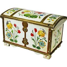 We have located a wonderful miniature Norwegian kiste, or dome top chest with a till, that has been nicely decorated on all the top and three sides Painted Wooden Boxes, Painted Chairs, Hand Painted Furniture, Tole Painting, Painting On Wood, Folklore, Rosemaling Pattern, Norwegian Rosemaling, Scandinavian Folk Art