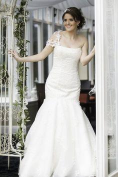 Karen Elizabeth wedding dress. Lace fitted trumpet style bridal gown, beautiful addition of floral lace shoulder straps. Daniela Flores photography, MUA Natasha Dardas
