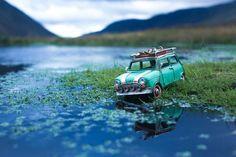Kim Leuenberger comenzó esta serie de fotografías cuando recibió un regalo de sus padres, la reproducción a tamaño mini de una camioneta azul. A la artist70