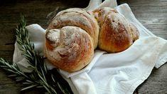 Prepariamo insieme il pane con patate cipolle e rosmarino facilissimo da ottenere. Un pane profumato e saporito .Questa ricetta è davvero pratica, con ingredienti semplici che ognuno di noi ha in dispensa