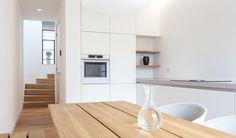 Moderne strakke keuken perfect passend in ruimte