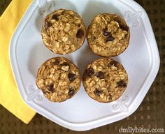 Emily Bites - Weight Watchers Friendly Recipes: Banana Chocolate Chip Baked Oatmeal Singles 3 pp Chocolate Chip Muffins, Chocolate Chip Oatmeal, Chocolate Chips, Blueberry Oatmeal, Healthy Chocolate, Ww Recipes, Dessert Recipes, Desserts, Breakfast Recipes