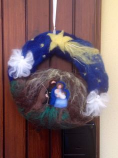 Needle felting Nativity Wreath in fairy and carded wool, for every Christmas Nativity Ornaments, Nativity Crafts, Felt Christmas Ornaments, Christmas Nativity, Christmas Gifts To Make, Christmas Crafts, Nuno Felting, Needle Felting, Felt Wreath