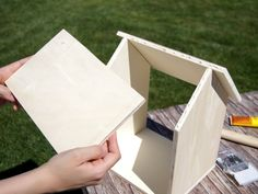 Ein Vogelhaus mit Kindern werken Instructions: Make a wooden bird house yourself Tinker and work with children Hello Family, Bird House Plans Free, Wooden Bird Houses, Love Bears All Things, Birdhouse Designs, Plant Supports, The Wedding Date, Up Halloween, Working With Children