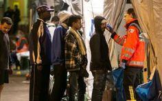 Migranti, Germania cihude le frontiere La Germania ha sospeso il traffico ferroviario dall'Austria a causa della crisi dei migranti. Lo comunicano le ferrovie austriache Oebb. Attualmente 1.800 profughi si trovano a bordo di treni in Aust #germania #migranti