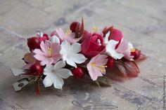 Купить или заказать Зажим и шпильки для волос в интернет-магазине на Ярмарке Мастеров. Зажим для волос с цветами сакуры, стефанотисами, красными цветочками и ягодками. В комплект к зажиму - шпилечки. Возможно заказать по отдельности. Зажим - 600 рублей, шпильки - 100 рублей за штуку. Оставайтесь неповторимыми!