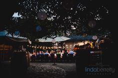 Bruidsfotografie Ulvenhout - diner bbq buiten onder de lampionnen en sfeervolle lichtjes