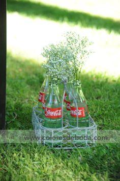 Coca-Cola bottles with baby's breath Detalle de botellas con paniculata