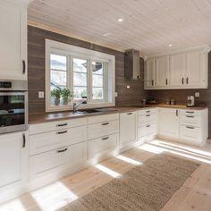Hyttekjøkken - Hyttekjøkken og hyttemøbler - Kistefos Møbler Kitchen Cabinets, Cottage, Home Decor, Design, Country, Modern, Decoration Home, Room Decor, Cabinets