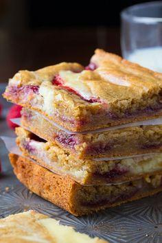 Ahududunun hafif ekşimsi tadını kek ile birleştirip yazı getirmeye ne dersiniz?